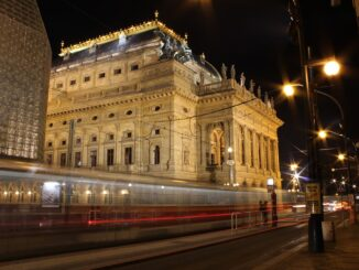 V Praze jezdí vánočně osvícené tramvaje a retrobusy
