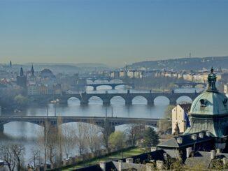 Železniční most mezi Smíchovem a Výtoní se bourat nebude